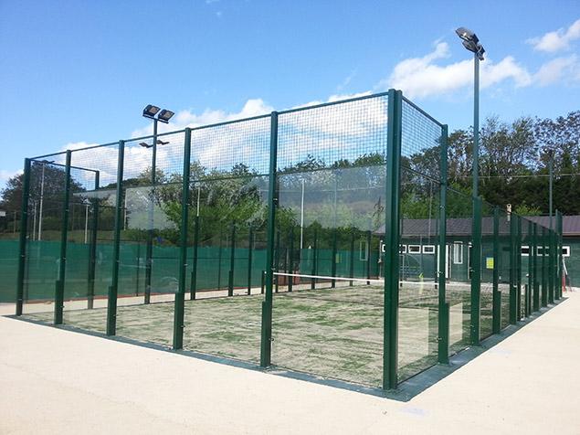 Costruzione campo di padel instant green vetri