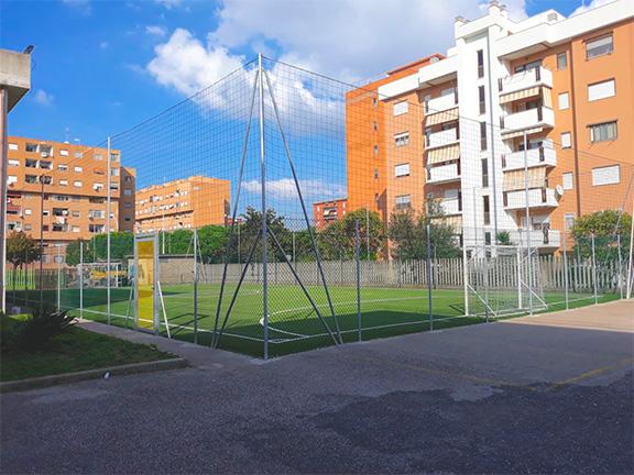 recinzione metallica alta campo di calcio
